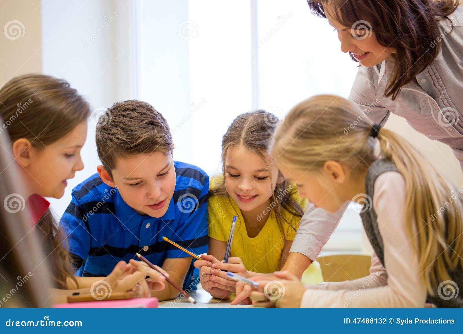 El grupo de escuela embroma la prueba de la escritura en sala de clase