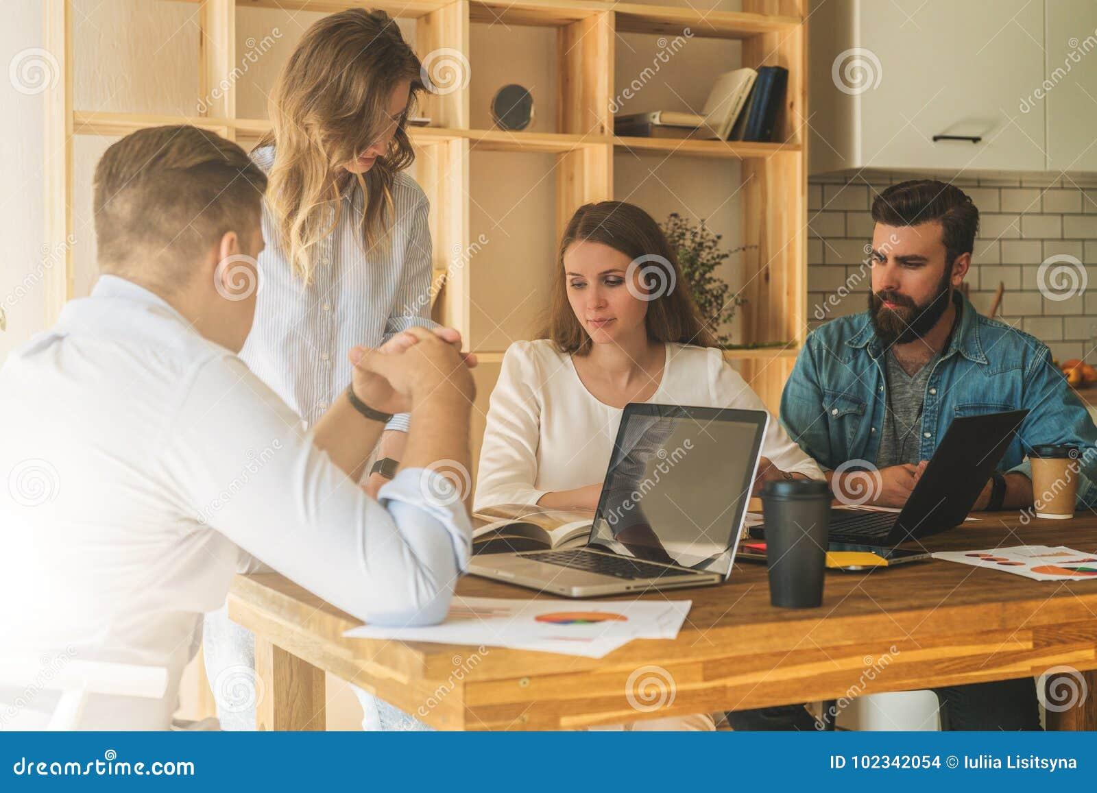 El grupo de gente joven trabaja junto Reunión de reflexión, trabajo en equipo, inicio, planificación de empresas Estudiantes que