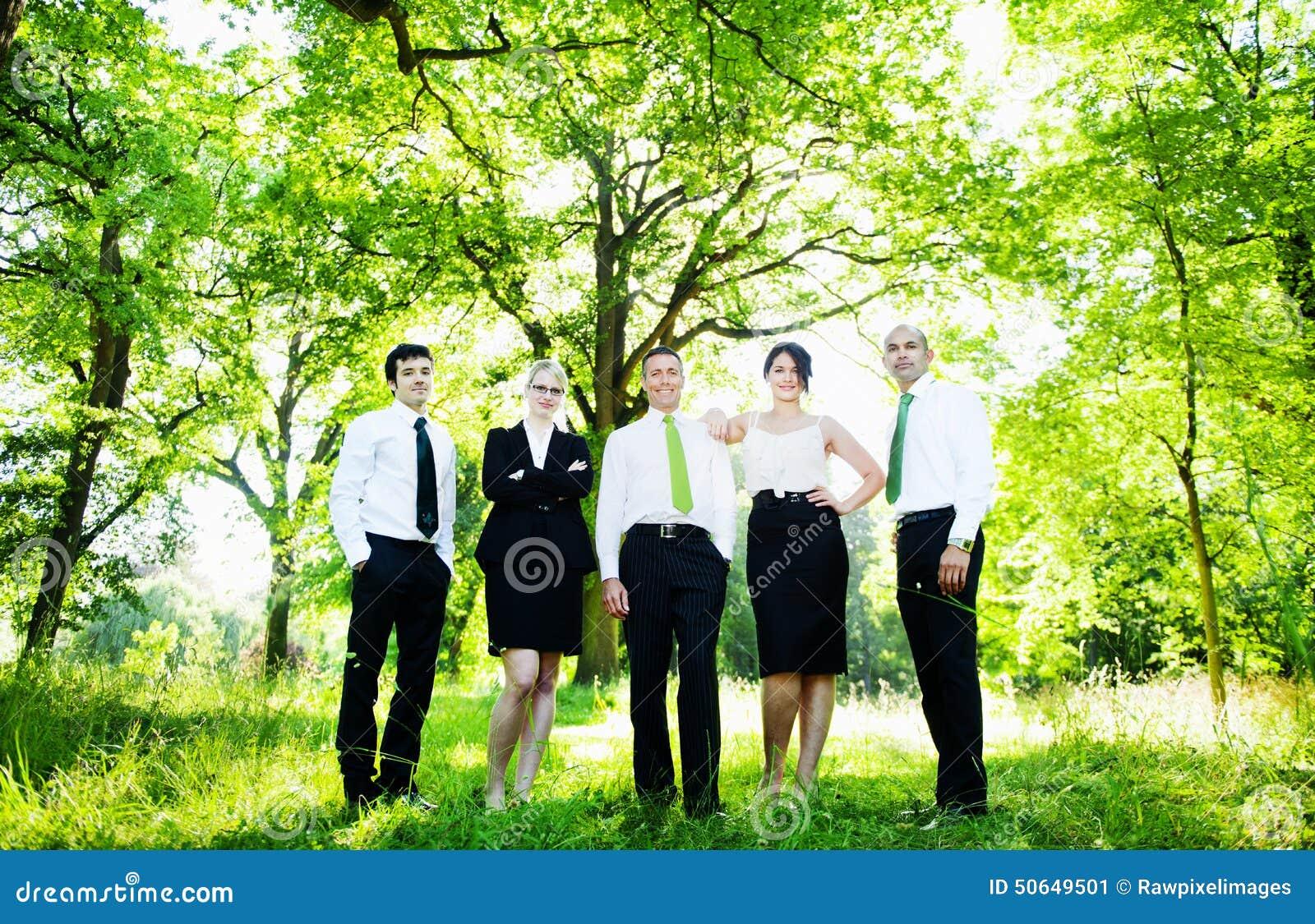 El grupo de hombres de negocios consigue relajante al aire libre