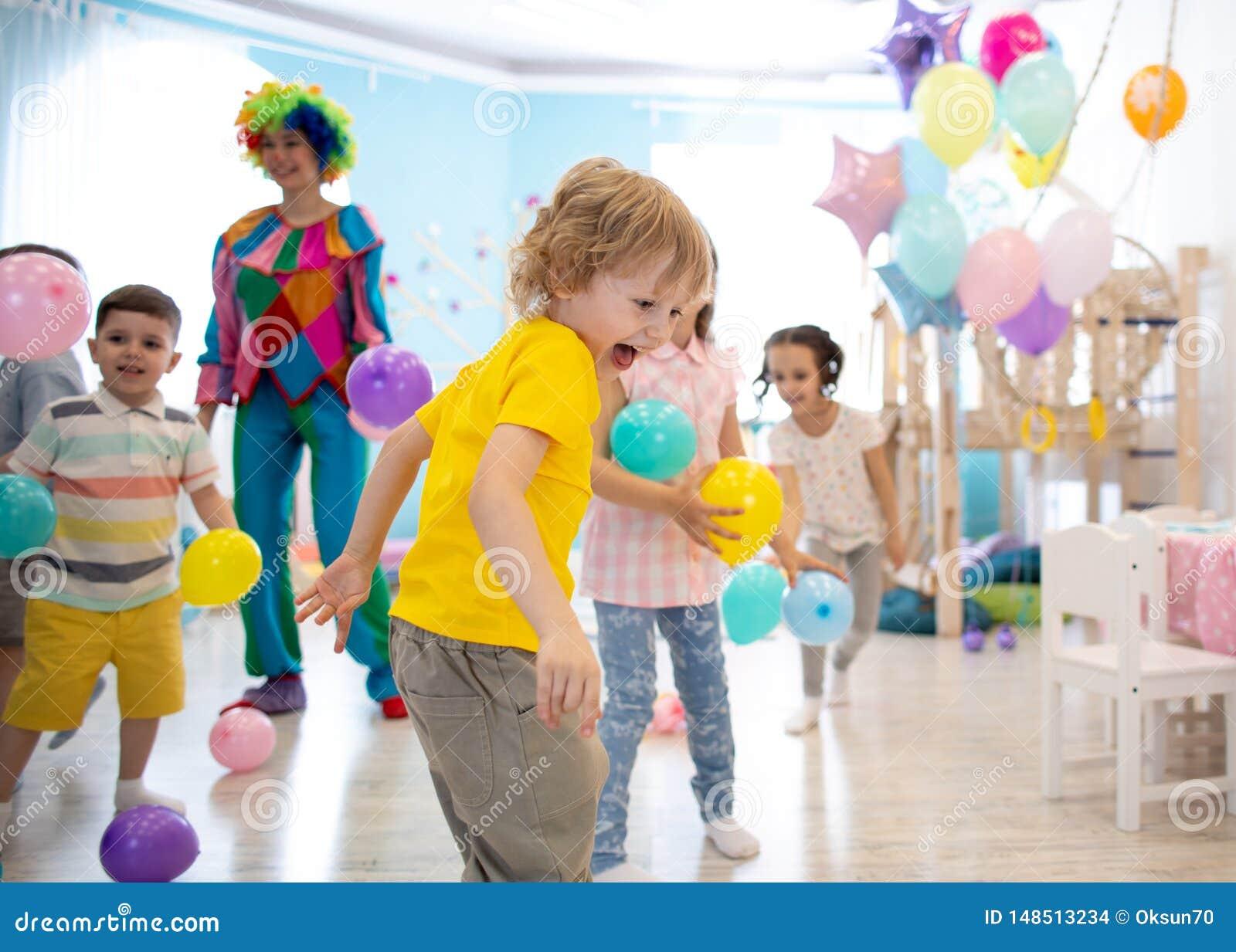 El grupo de niños celebra la diversión del partido junta