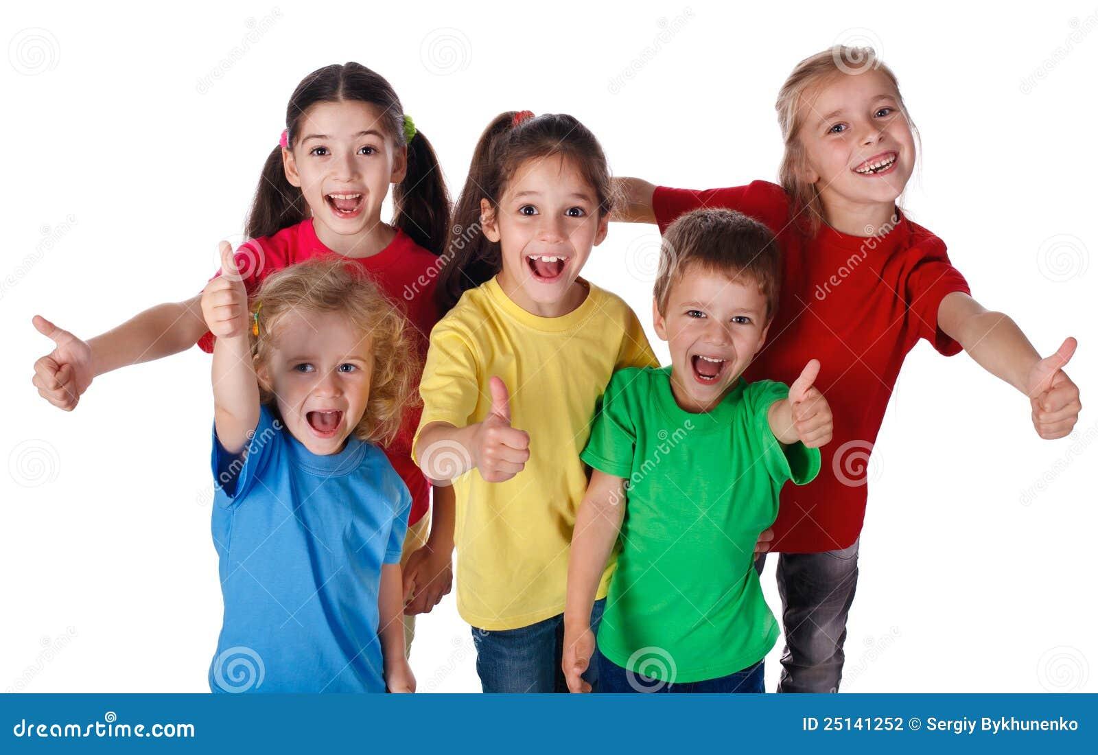 El grupo de niños con los pulgares sube la muestra