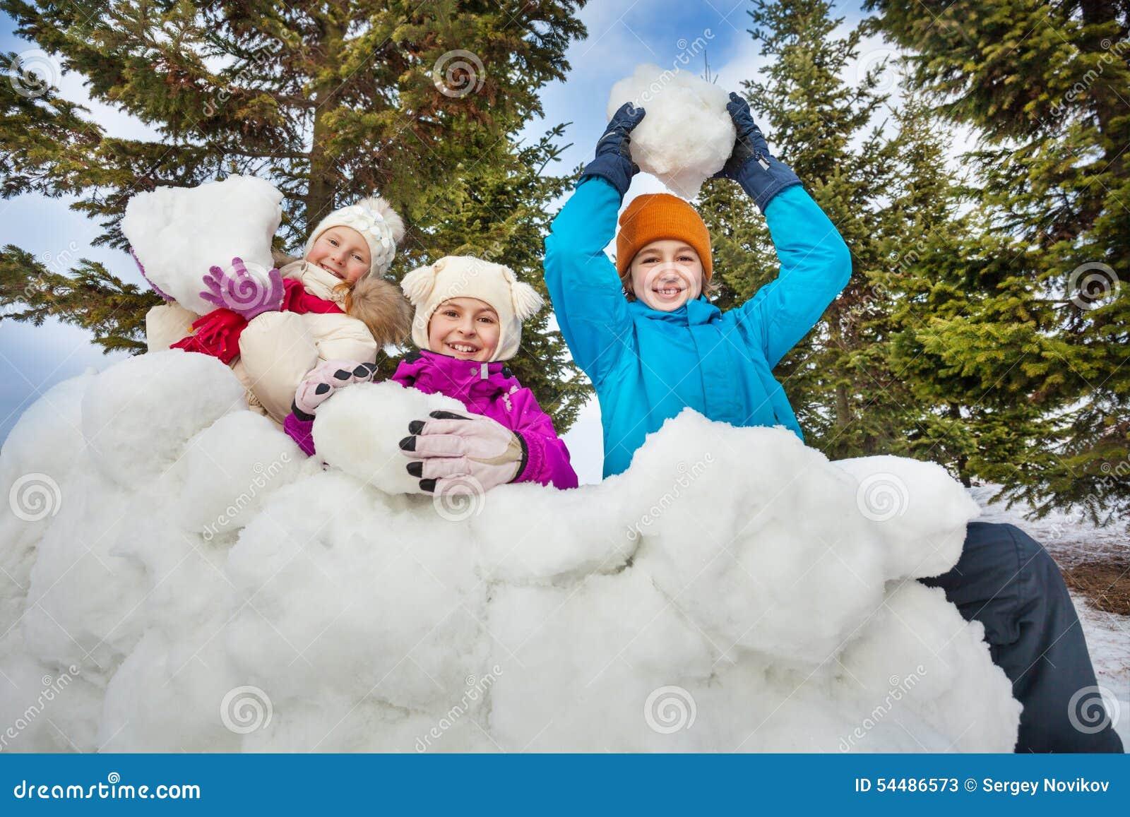 El Grupo De Ninos Felices Sostiene Bolas De Nieve Para Jugar Imagen