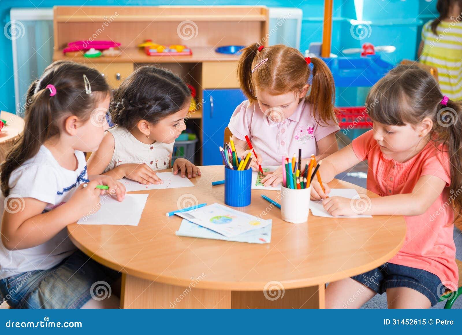 El grupo de pequeño prescool lindo embroma el dibujo