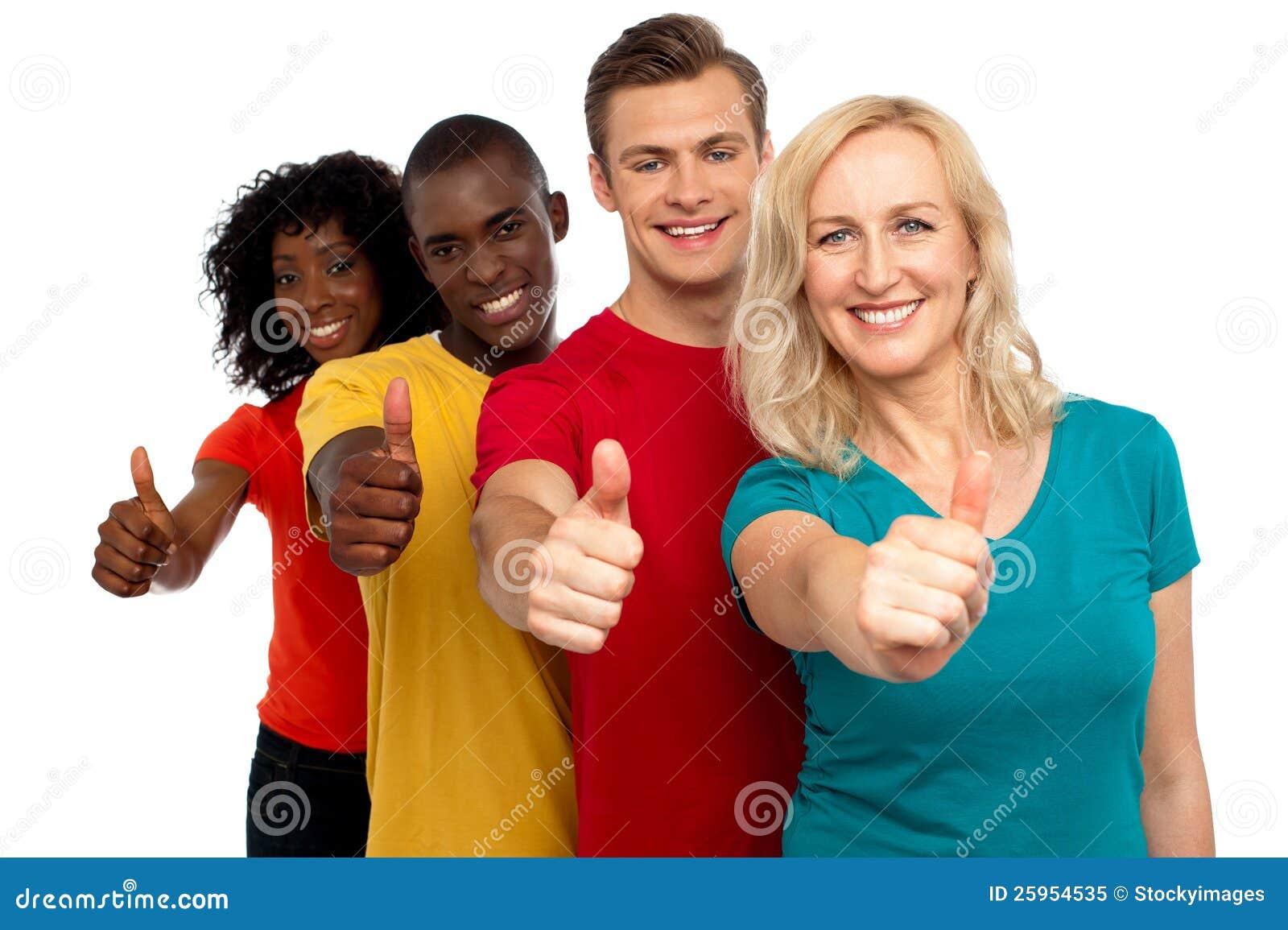 El grupo de personas sonriente con los pulgares sube gesto