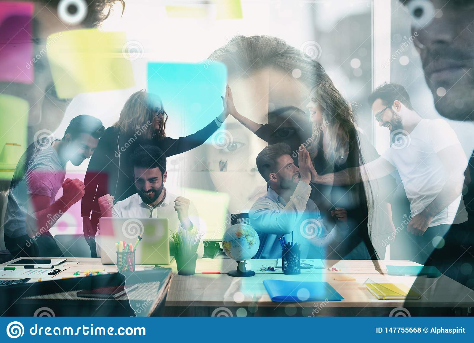 El grupo de trabajo de hombres de negocios exulta para alcanzar la meta concepto de sociedad del trabajo en equipo y del negocio