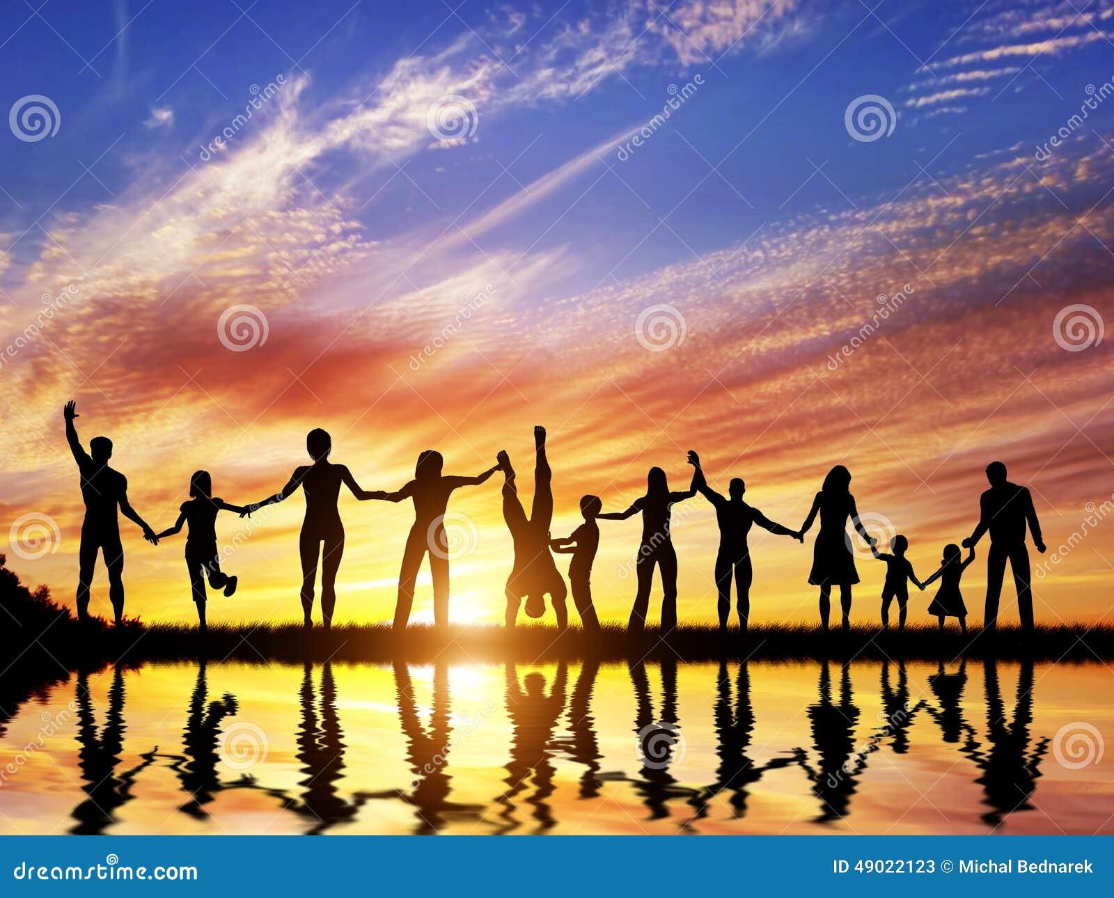 El grupo feliz de gente diversa, amigos, familia, combina junto