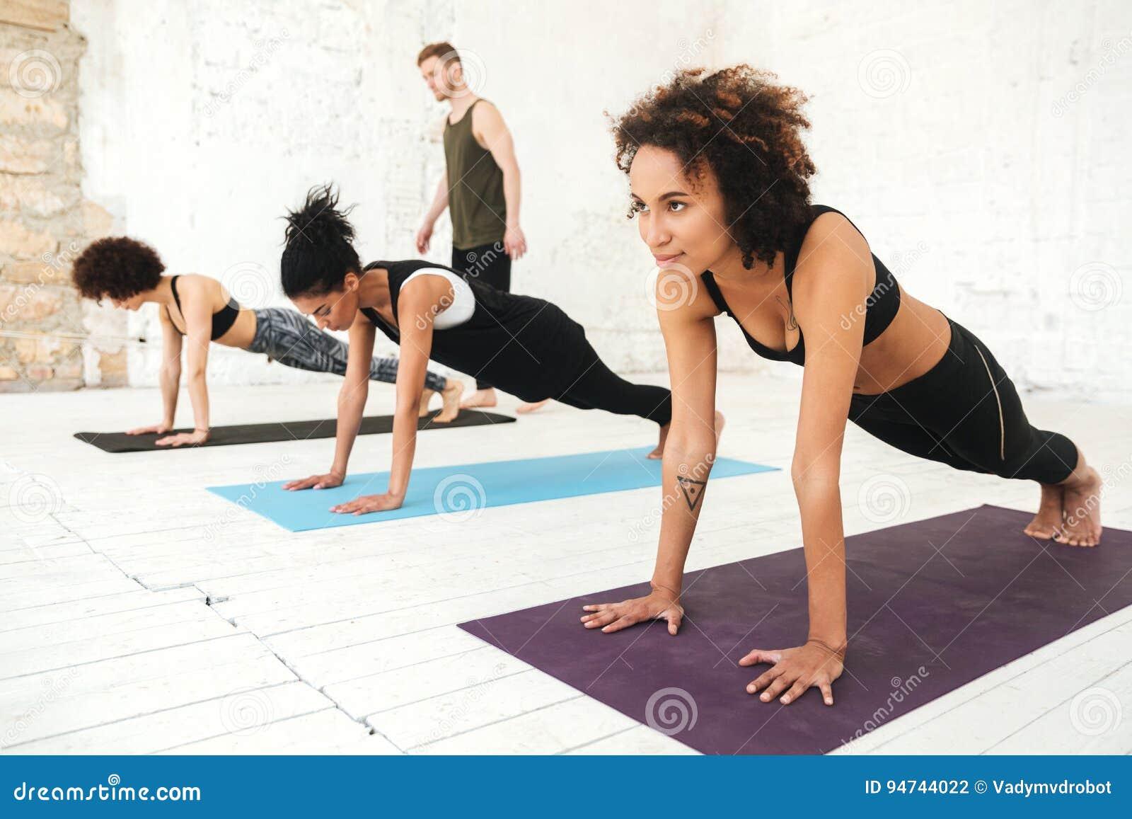 El grupo mezclado de gente joven que hace yoga clasifica