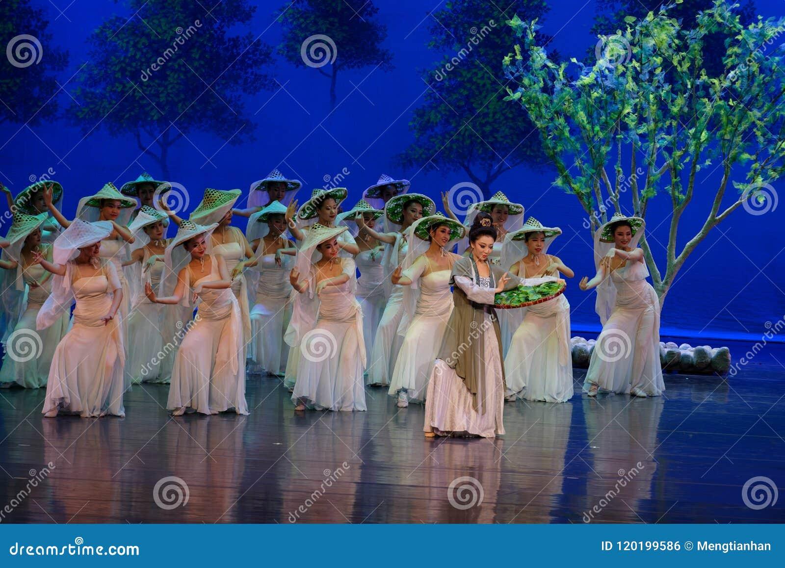 El gusano de seda- de alimentación de la madre de la mora primero actúa: el ` de seda de la princesa de la danza de la mora del `