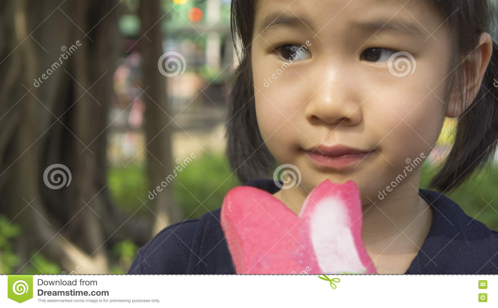 El gusto asiático de la muchacha come concepto del helado