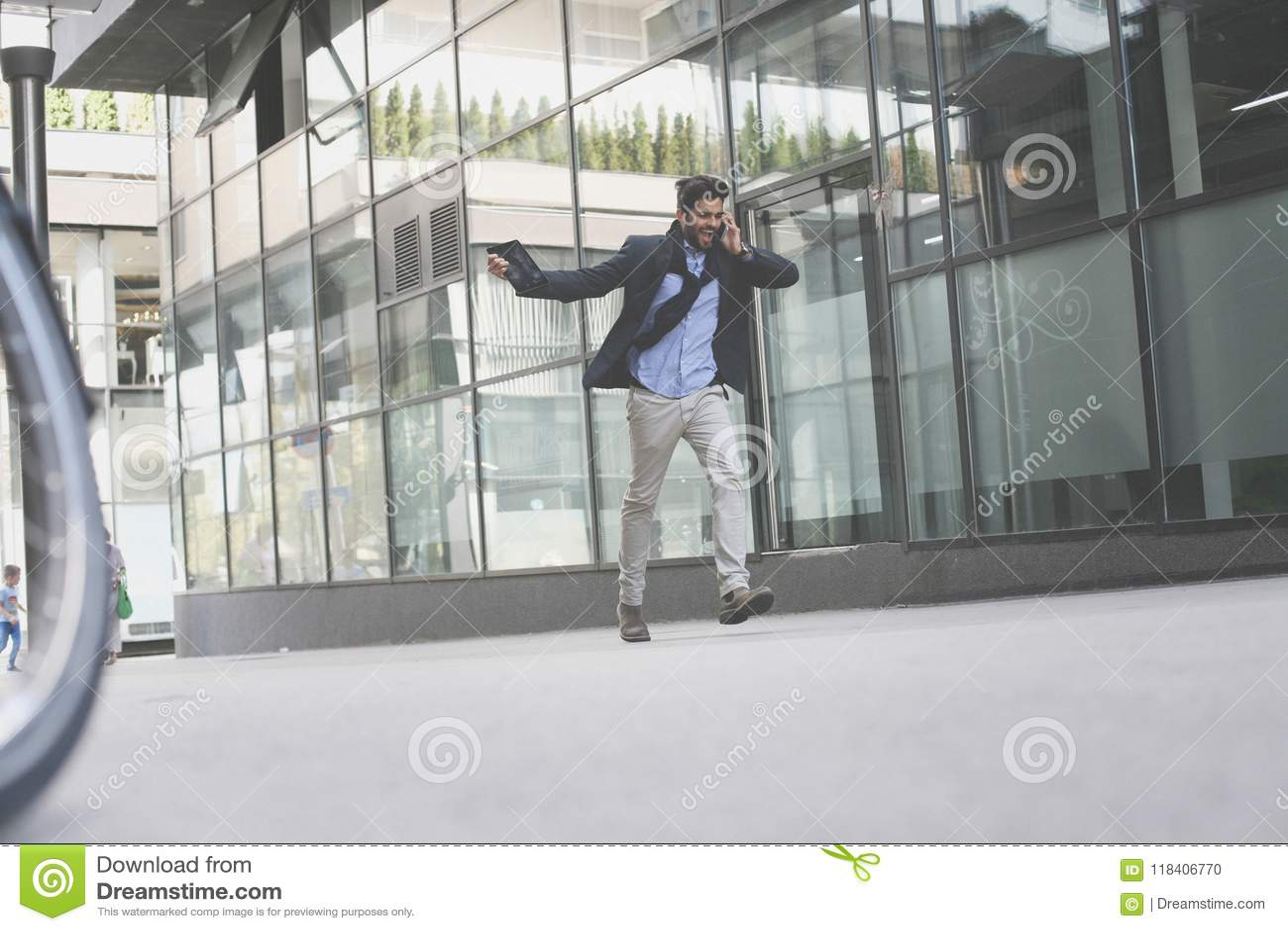 El hablar enojado del hombre de negocios en el teléfono elegante