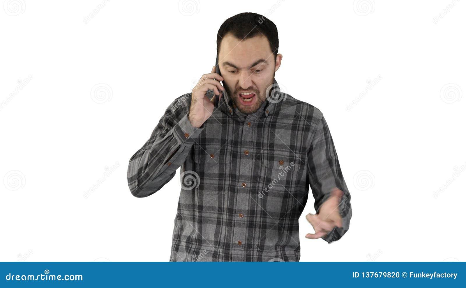 El hablar enojado del hombre en el teléfono y el caminar en el fondo blanco