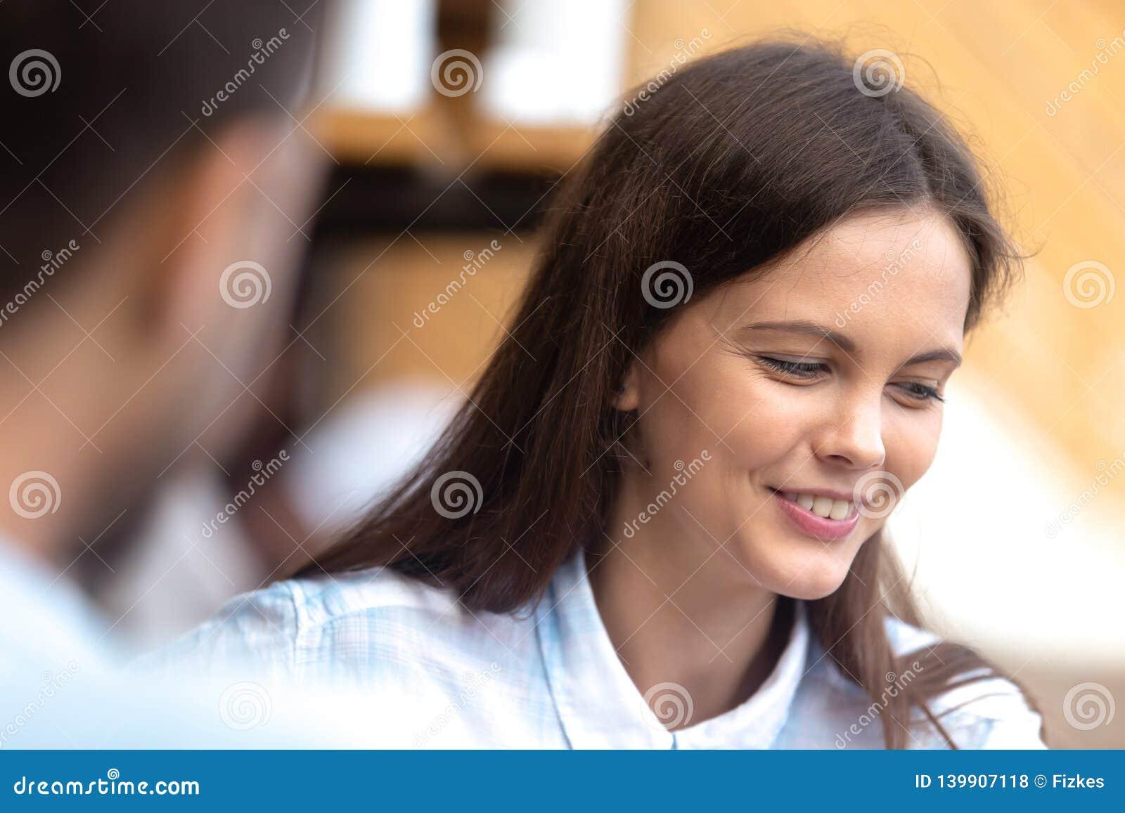El hablar femenino tímido con el individuo durante fecha romántica
