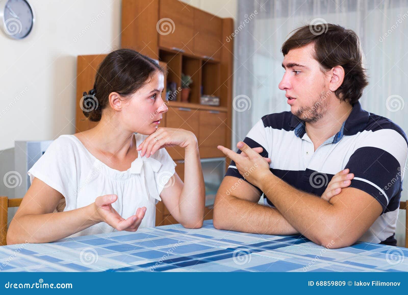 El hablar serio entre los pares en casa