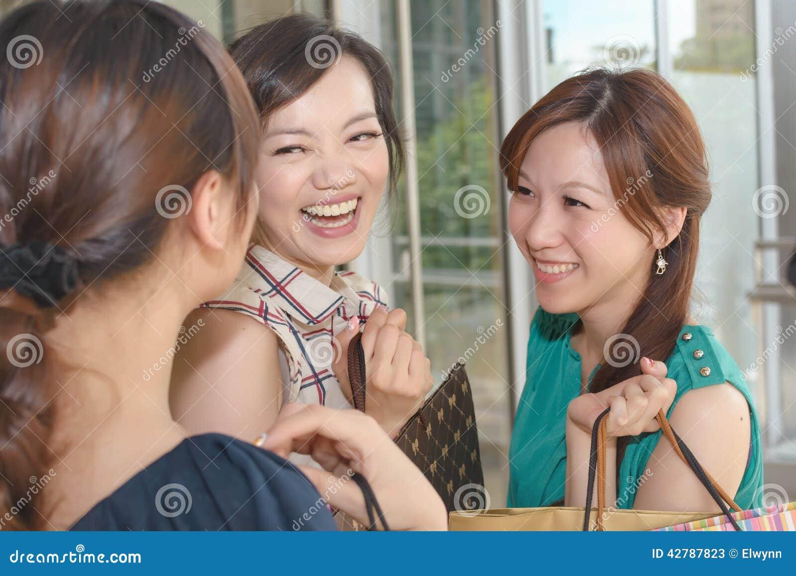 El hacer compras asiático de las mujeres