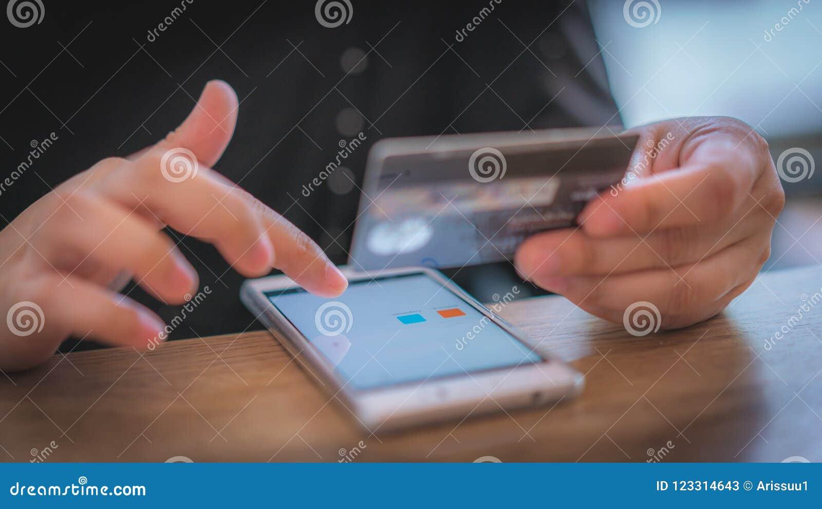 El hacer compras en línea con la tarjeta de débito