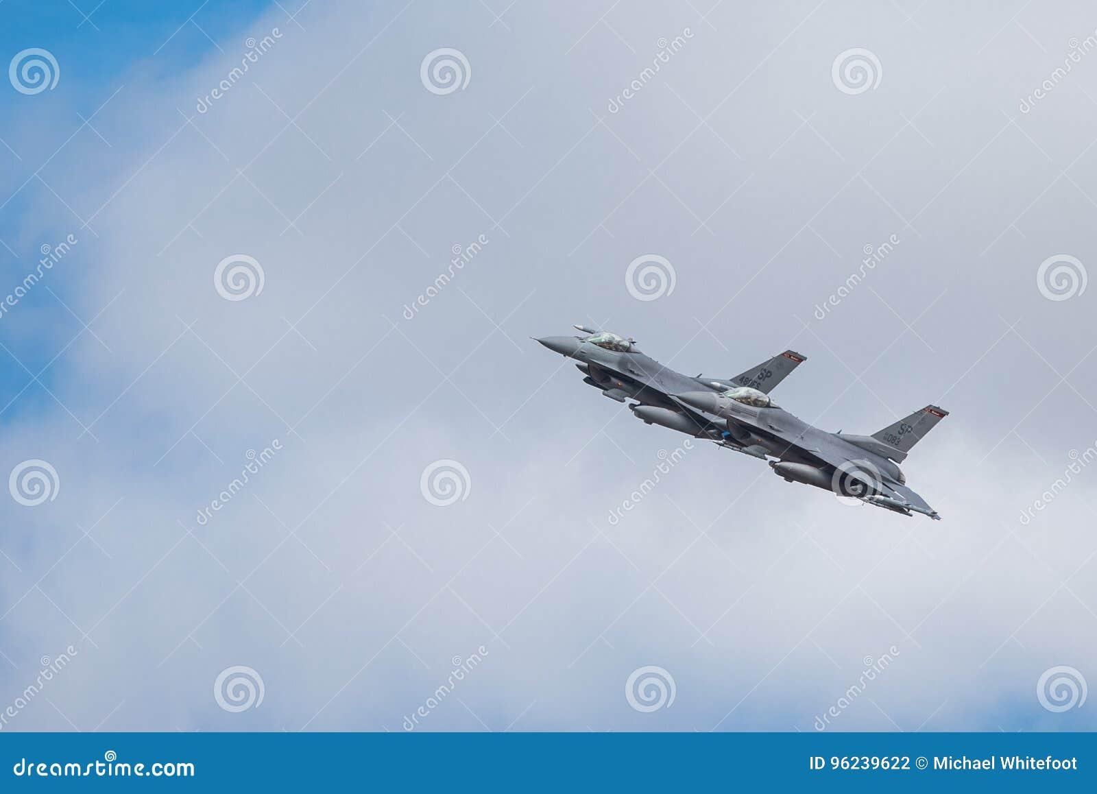 El halcón de la lucha del F-16 de General Dynamics es un avión de combate multiusos de jet desarrollado originalmente por General