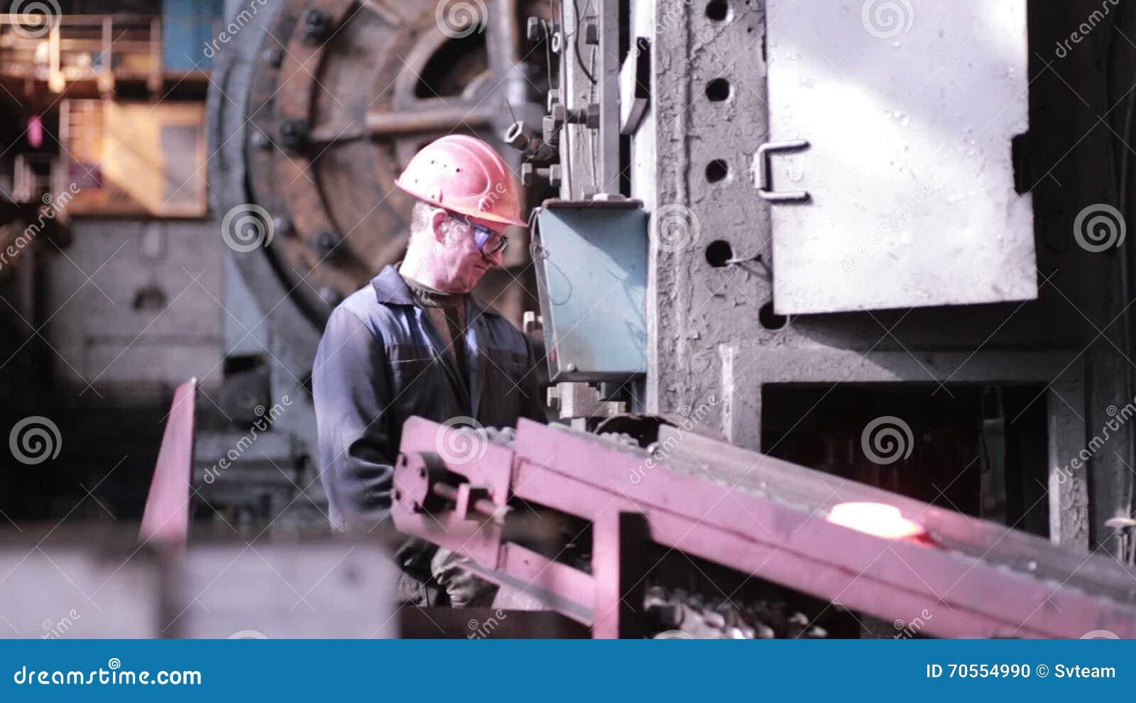 El Herrero Trabaja En La Prensa Industrial De La Fragua Metrajes ...