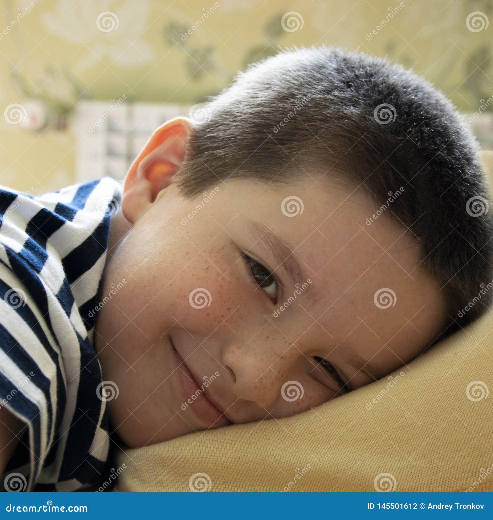 El hijo coloca para descansar