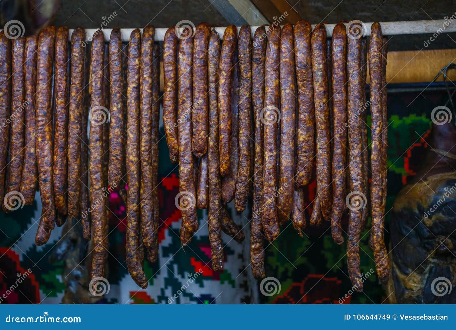 El hogar hizo las salchichas largas ahumadas de Rumania