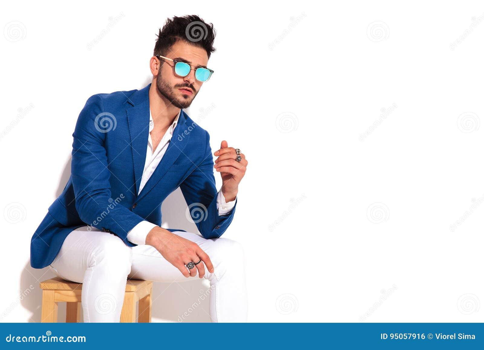 Asentado Y En Sol Azules El Para A Mira Traje Gafas Echar Hombre De kiXTPZuO