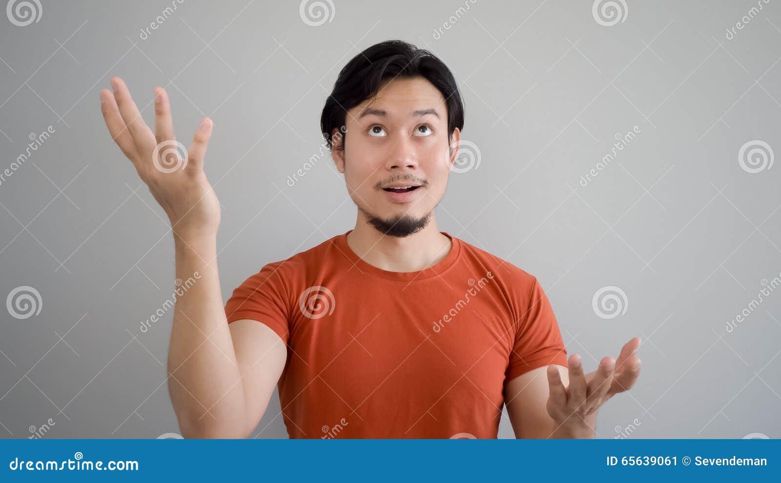 El hombre asiático está presentando