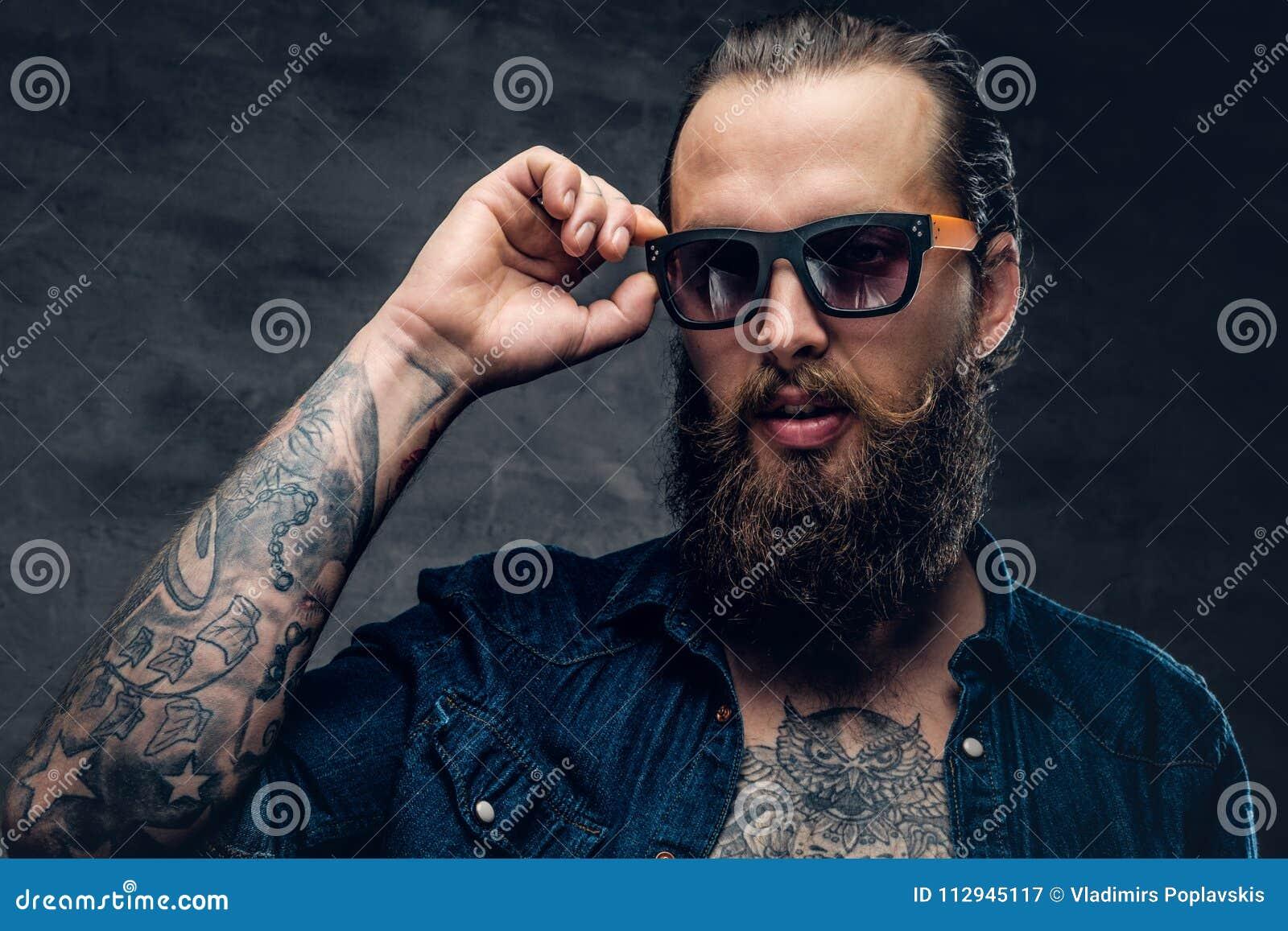 Barbudo Hombre Toca Cara Sol En El Tatuado De Su Imagen Gafas Las lJcF1TK
