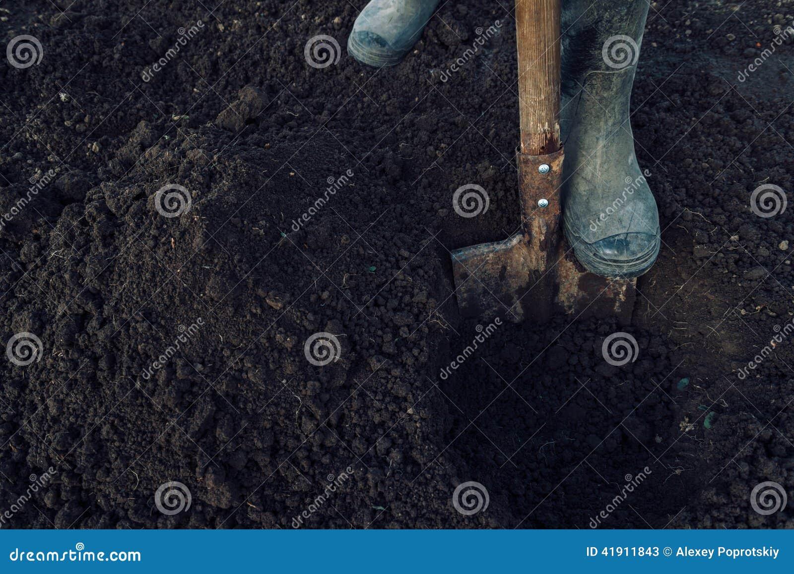 El hombre cava un agujero