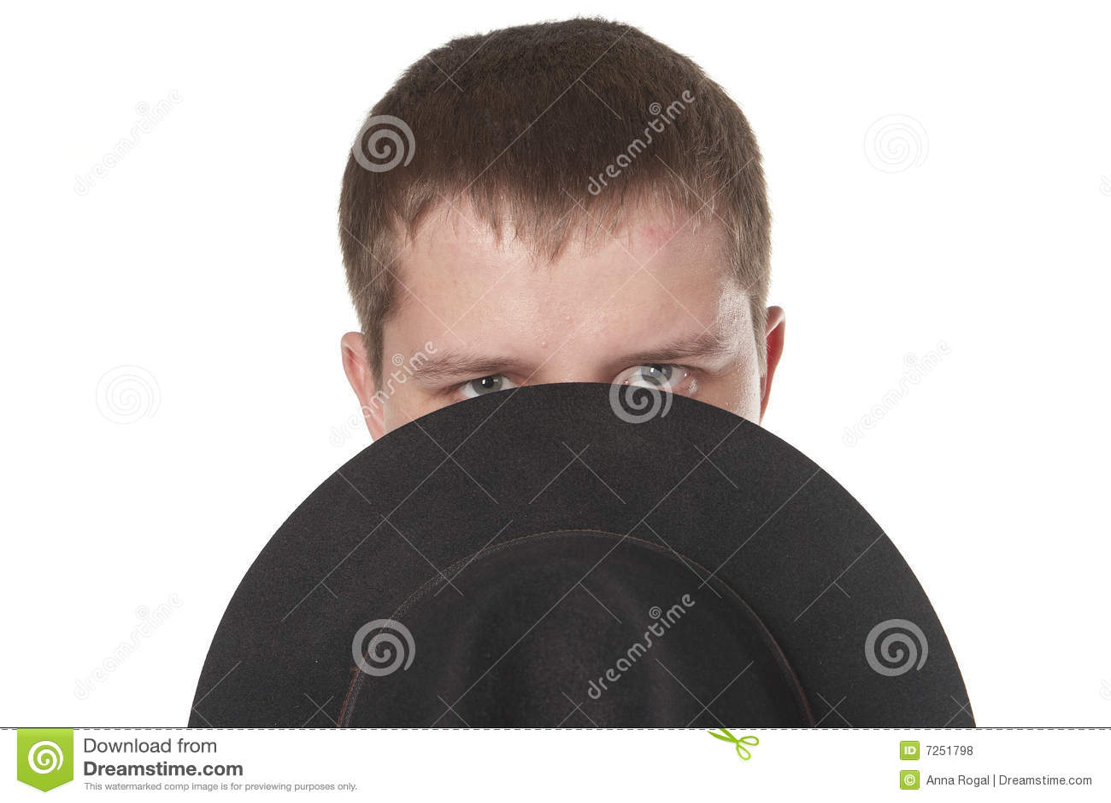 El hombre cierra la parte inferior de la cara un sombrero.