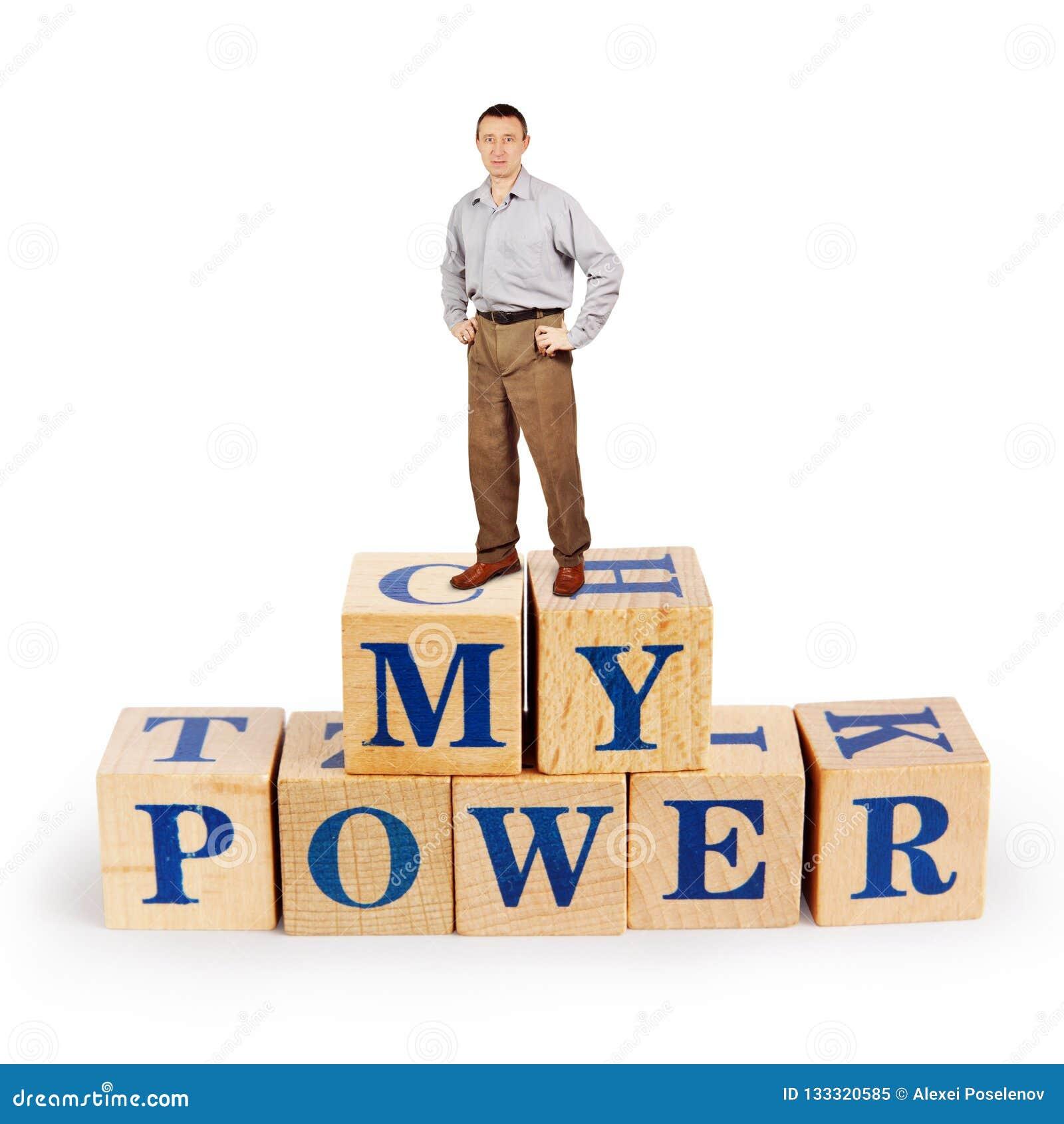 El hombre coloca sobre un montón de bloques de madera con palabras mi poder