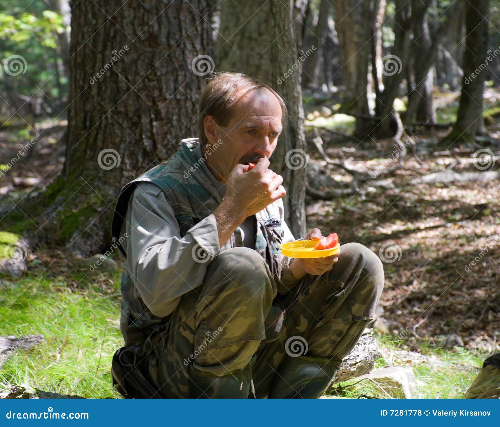 El hombre come el tomate 2