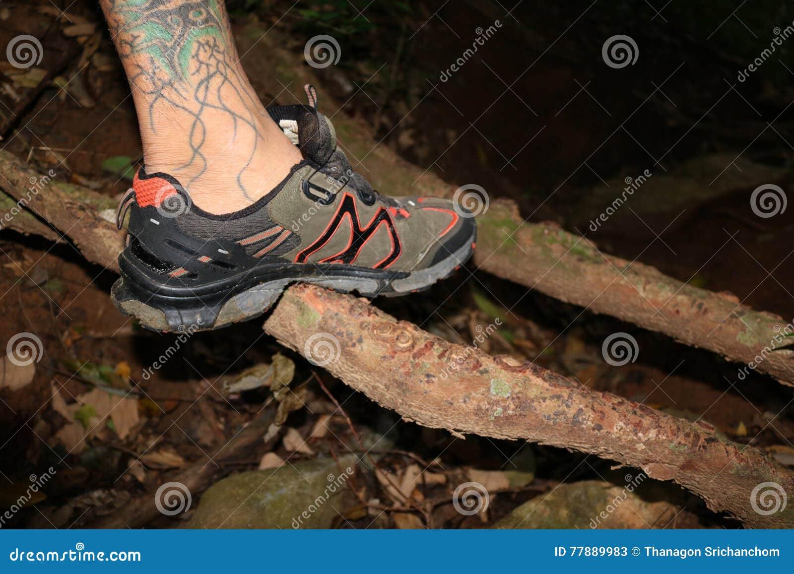 El Hombre Con Caminar Los Zapatos En La Noche Foto de archivo