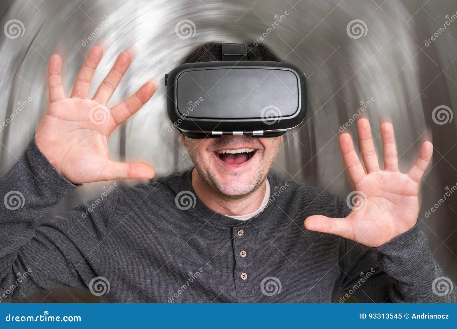 El Hombre Con Las Gafas De La Realidad Virtual Esta Jugando A Los