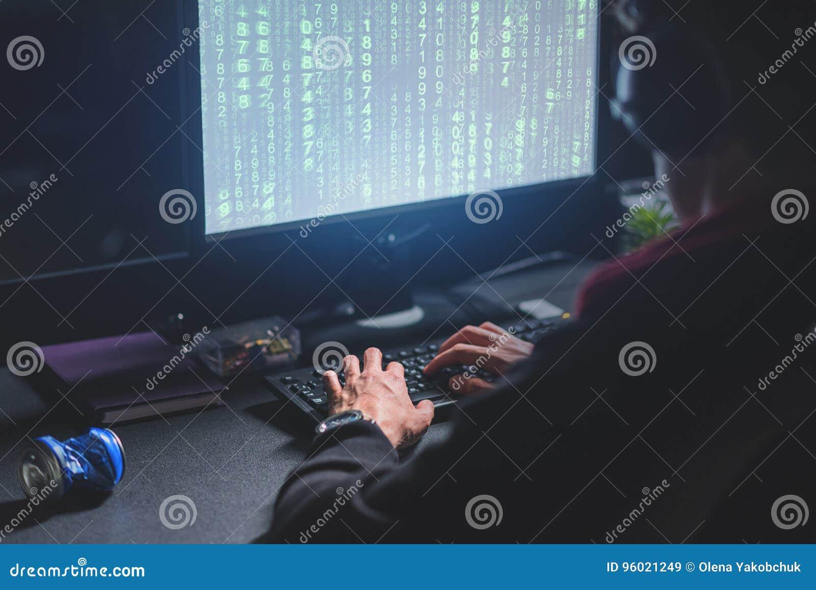 El hombre concentrado está descifrando transmisiones electrónicas cifradas