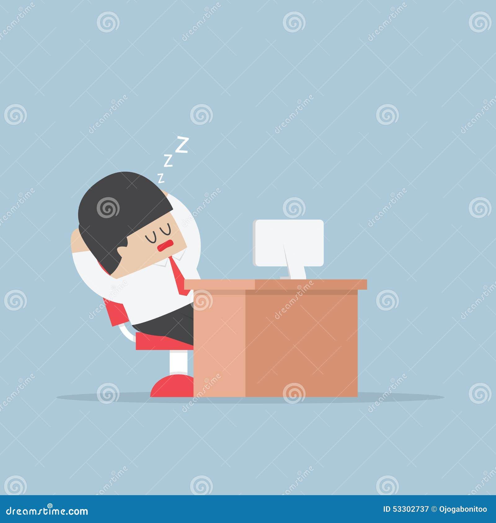 El hombre de negocios cansado se cae dormido en su escritorio