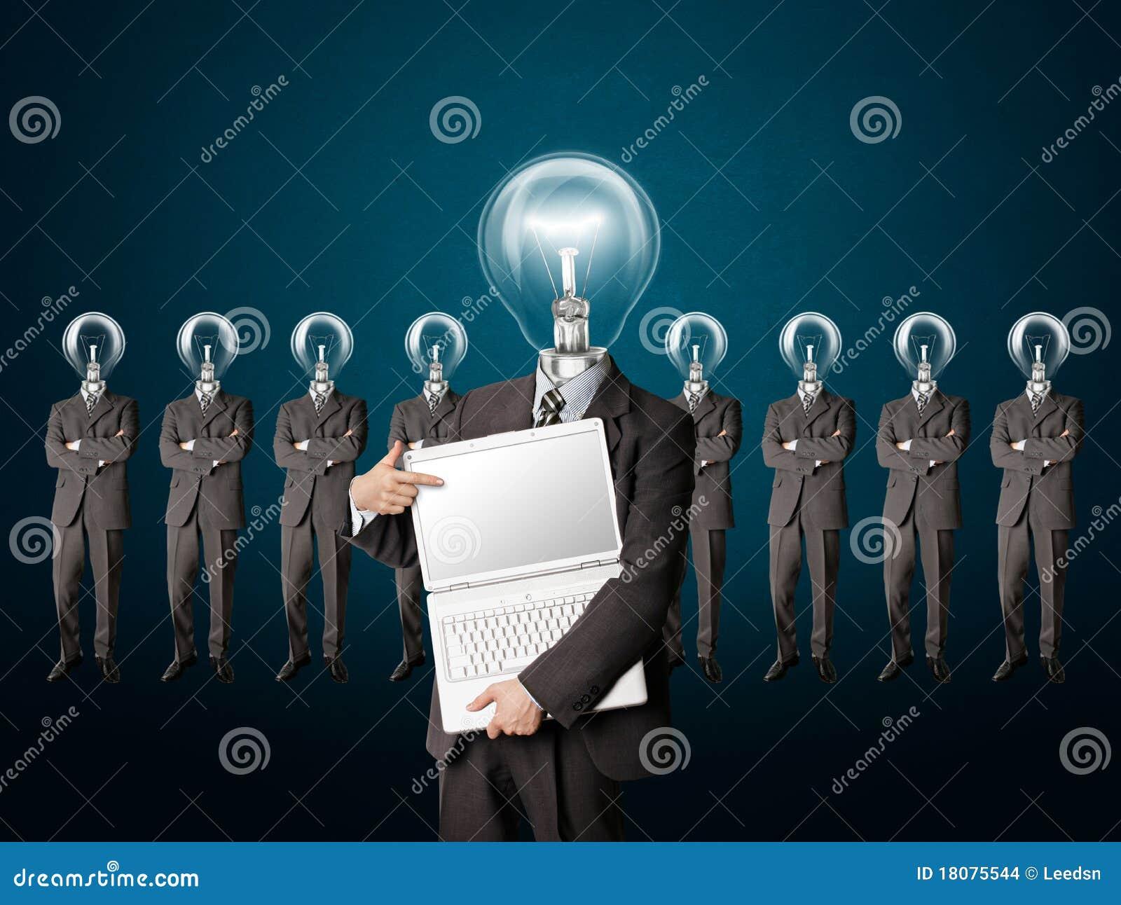 El hombre de negocios con la lámpara-pista tiene una idea