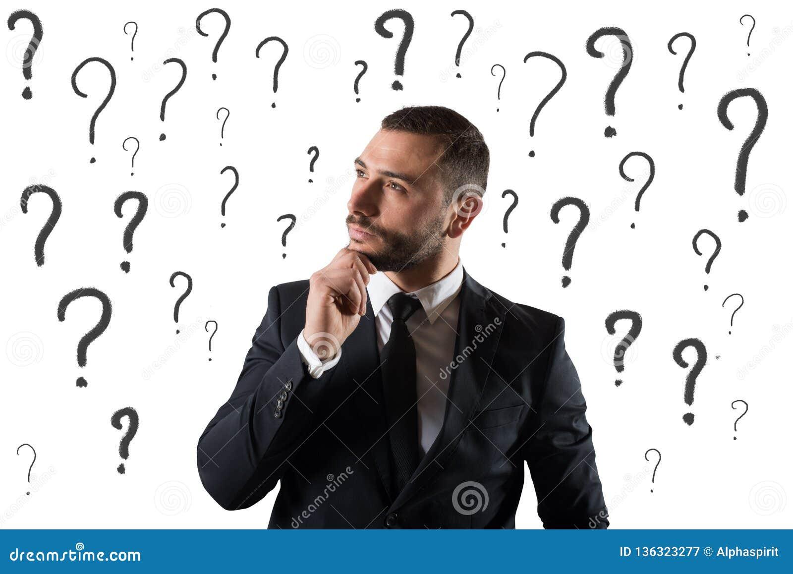El hombre de negocios confuso y pensativo se preocupó del futuro