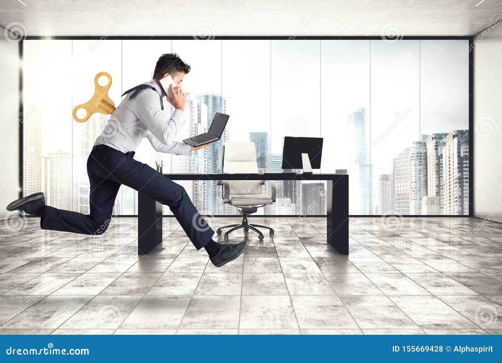 El hombre de negocios corre para el trabajo sin conseguir cansado con energía adicional