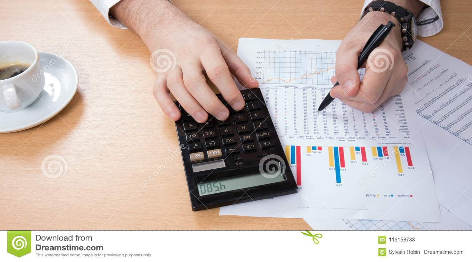 El hombre de negocios cuenta en una calculadora del primer, café, ordenador portátil, negocio, finanzas, depositando