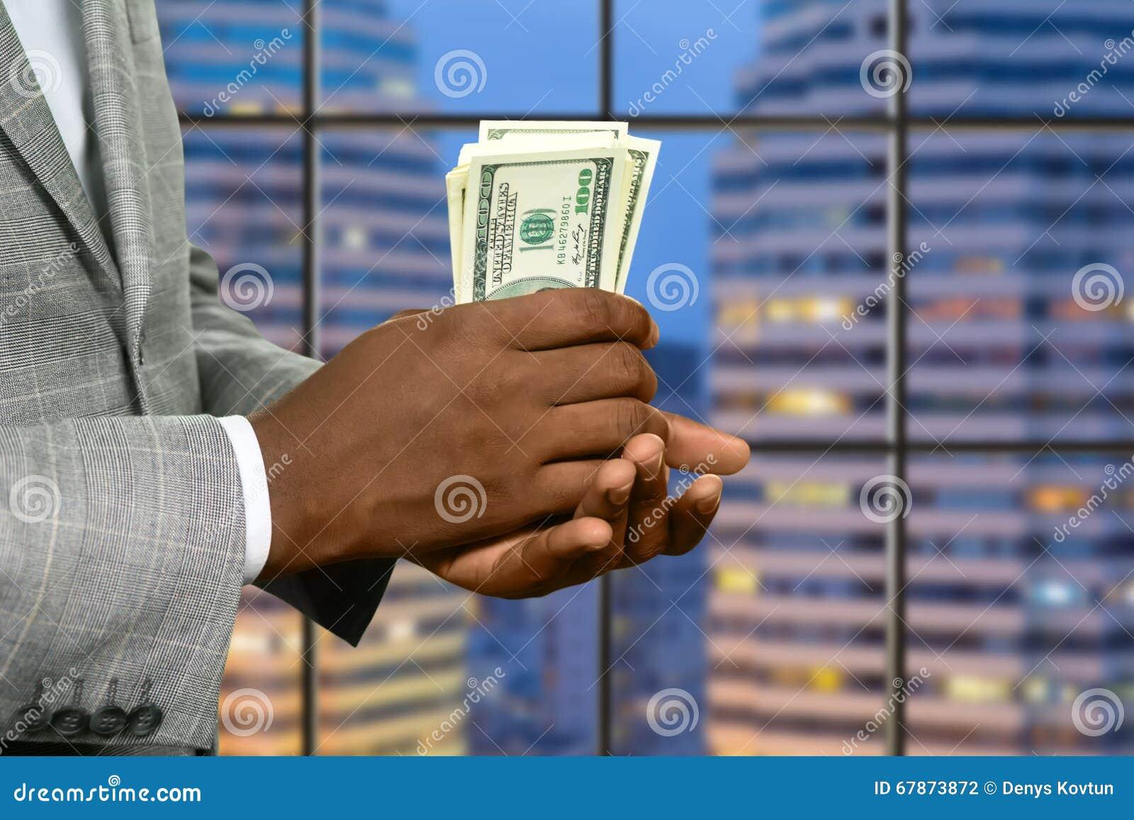El hombre de negocios de la megalópoli sostiene el dinero