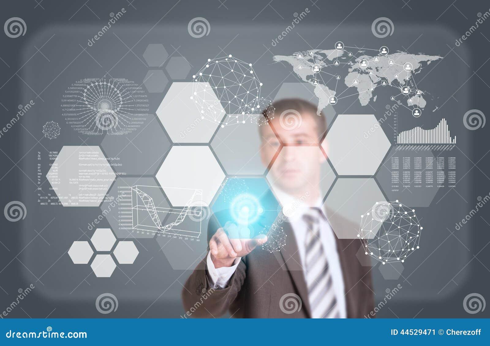 El hombre de negocios en finger del traje presiona el botón virtual