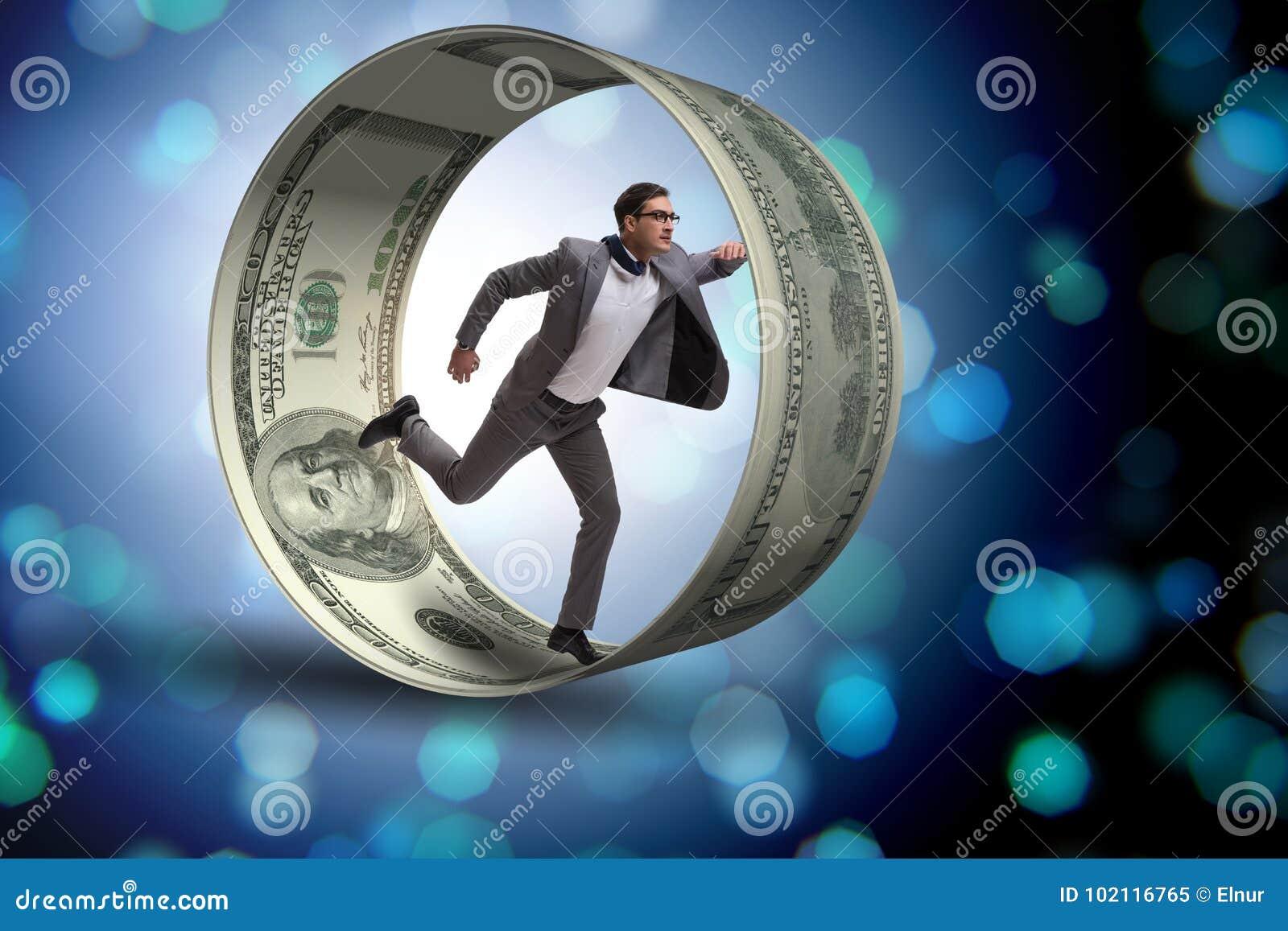 El hombre de negocios en la rueda del hámster que persigue dólares