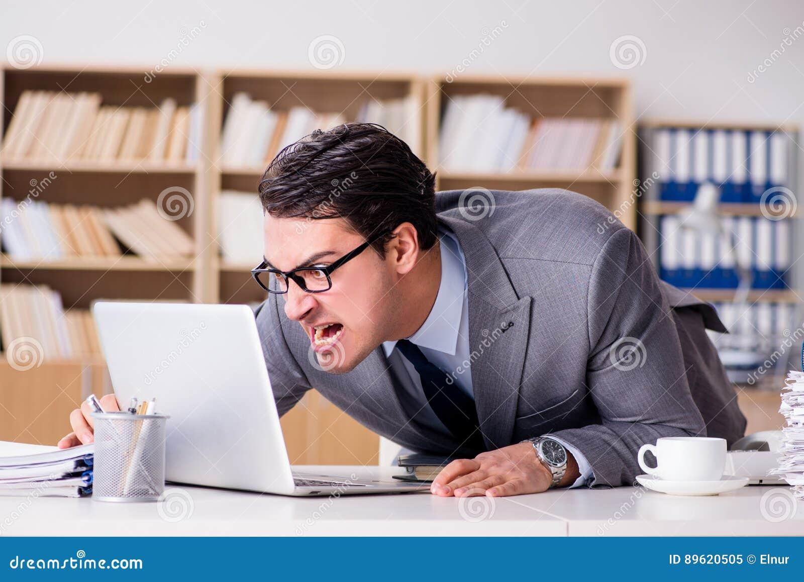 El hombre de negocios enojado con demasiado trabajo en for Empleos en oficinas