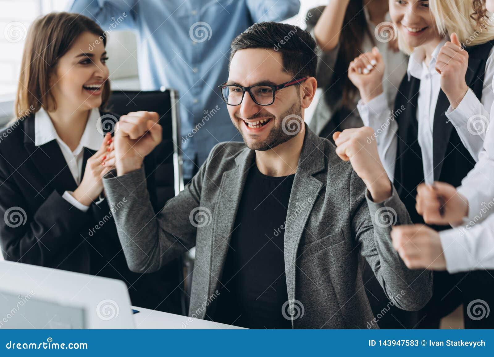El hombre de negocios feliz joven con logros realmente impresionantes, danza de la victoria, compa??a de r?pido crecimiento, reco