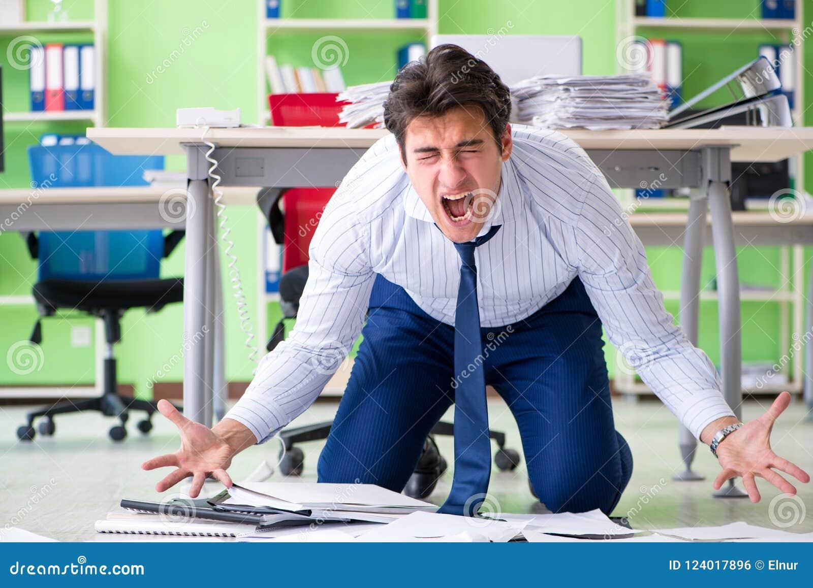 El hombre de negocios frustrado subrayado de trabajo excesivo