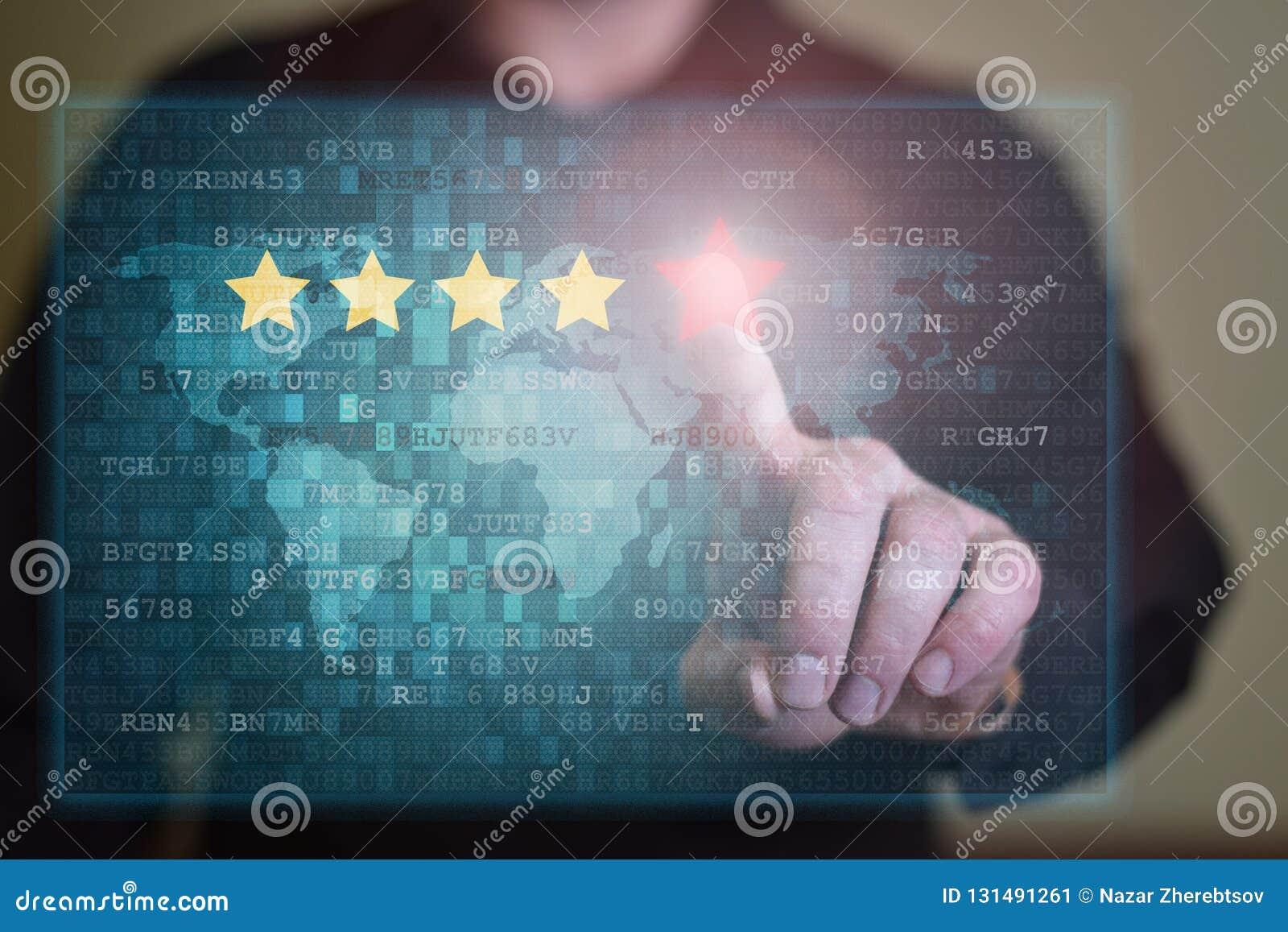 El hombre de negocios hace clic en cinco estrellas rojas para aumentar el grado Comentario, grado del aumento o concepto de la gr