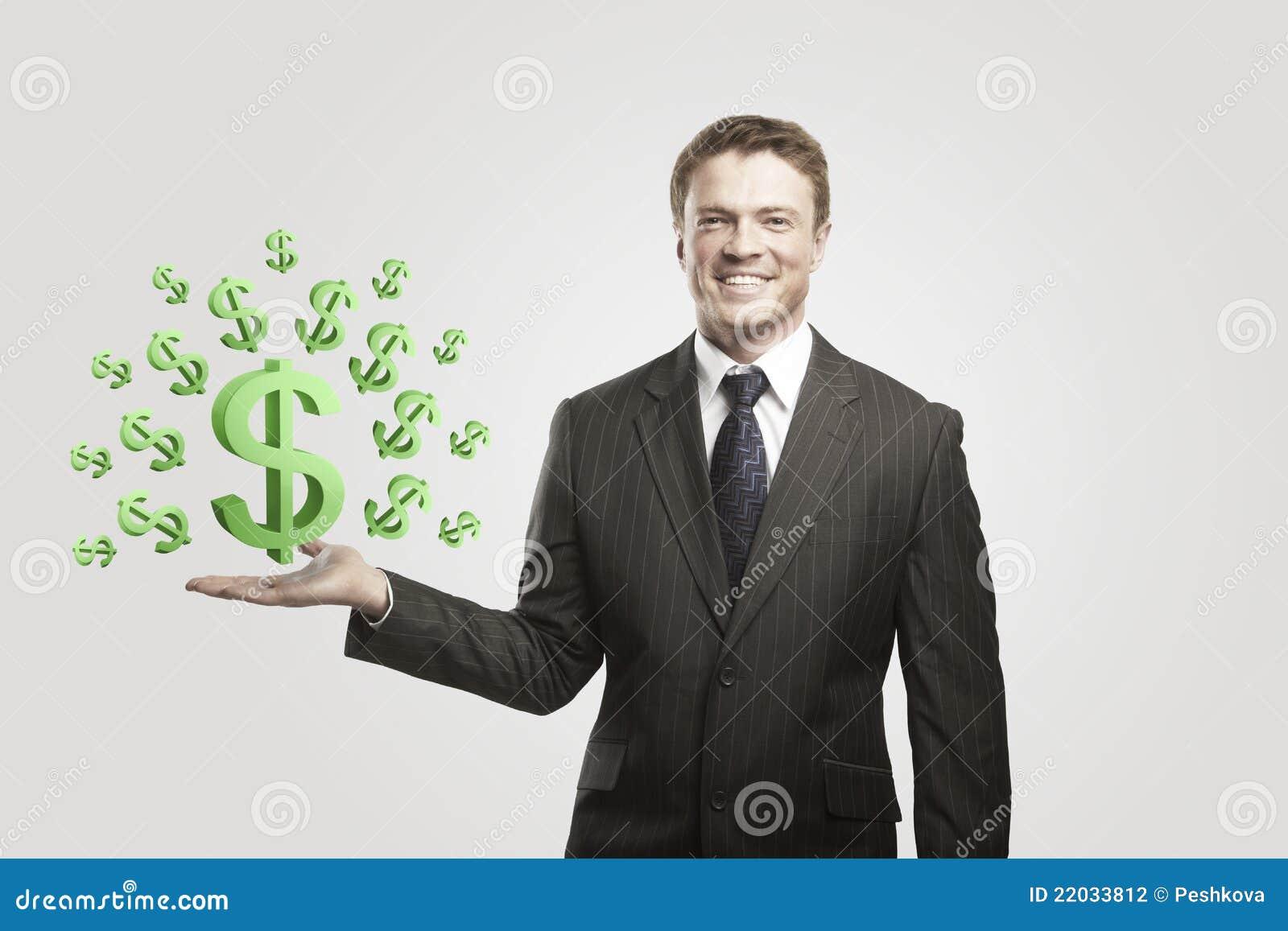 El hombre de negocios joven elige muestras verdes de dólar americano
