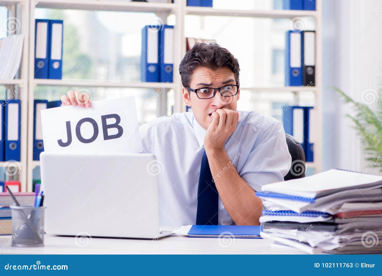 El hombre de negocios joven que busca trabajo en concepto del desempleo