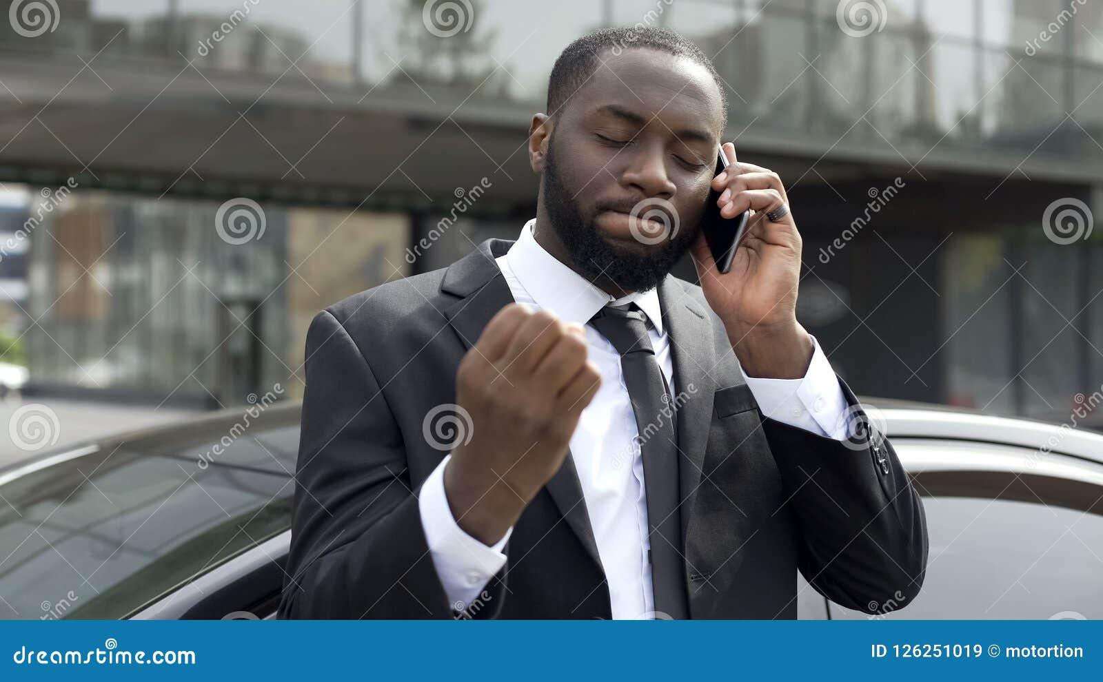El hombre de negocios molestó por la conversación telefónica desagradable, problemas en negocio