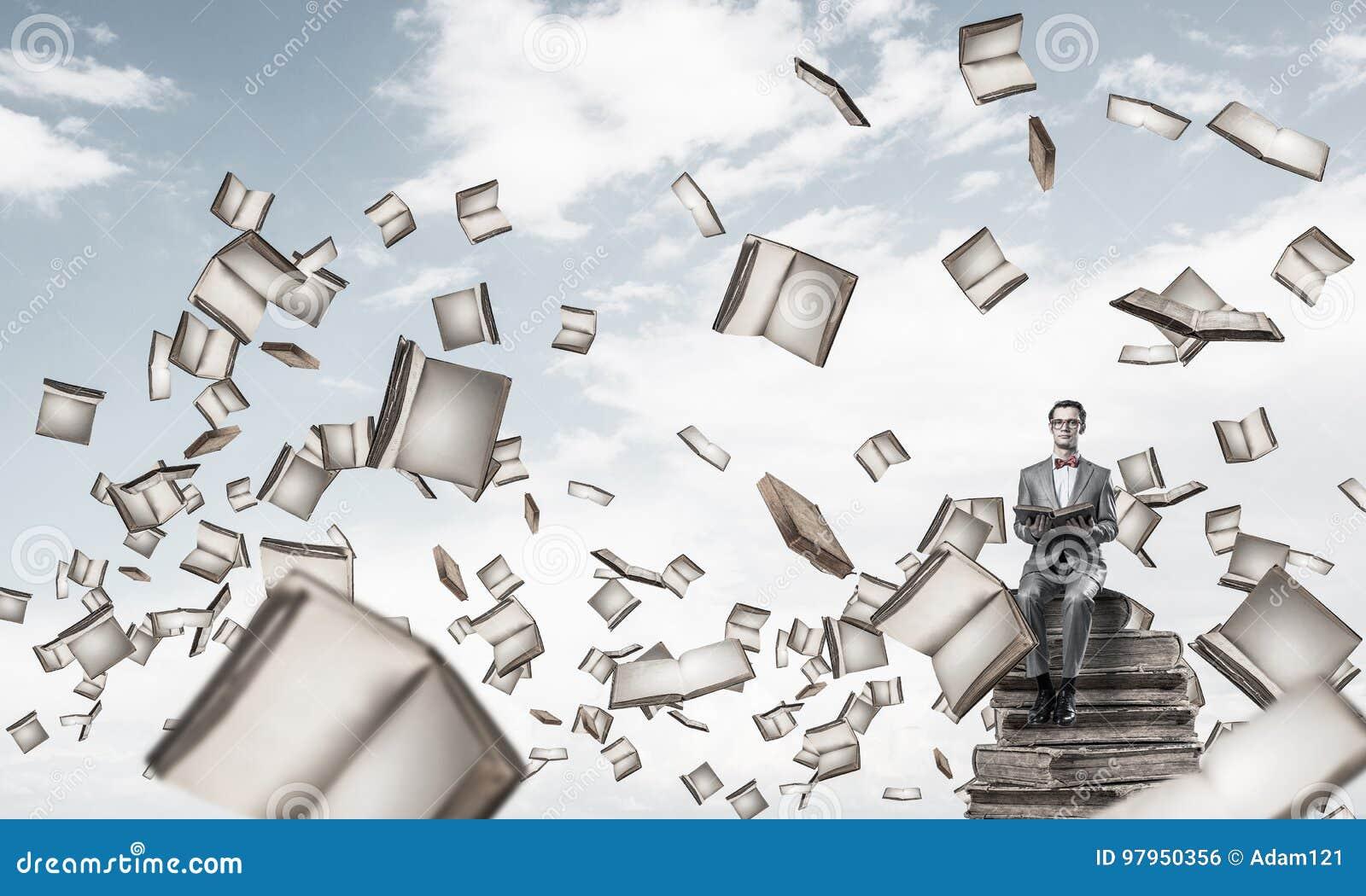 Los adolescentes de la universidad golpean los libros