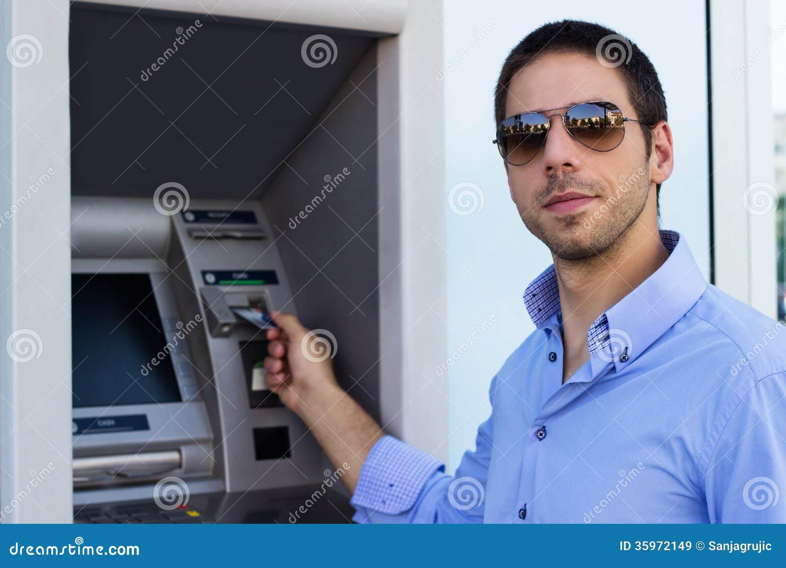 El hombre de negocios puso su tarjeta de crédito en la atmósfera